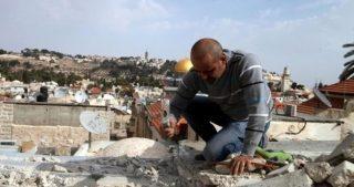 IOA obbligano palestinese di Gerusalemme a demolire la propria casa