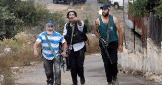 Coloni armati aggrediscono famiglie palestinesi vicino a Ramallah