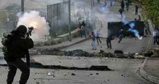 Le forze israeliane invadono al-Issawiya: scontri con i giovani locali