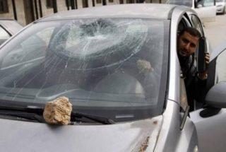 Coloni lanciano pietre contro auto palestinesi a Nablus. Un ferito