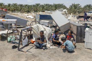 Soldati israeliani consegnano ordini di demolizione per case palestinesi