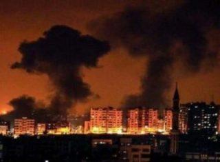 Bombardamenti israeliani contro un sito della resistenza nella Striscia di Gaza