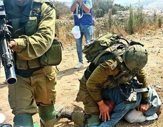 Palestinian lives matter? Video di anziano aggredito da soldati israeliani
