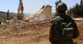 Esercito israeliano demolirà cinque case sfollando le famiglie a Yatta