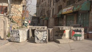 Israele inasprisce le restrizioni, si impossessa del cortile di una casa a Hebron