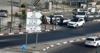 Due soldati leggermente feriti in presunto attacco con l'auto