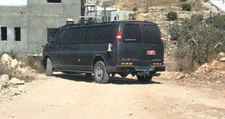 Proprietari di case nella cittadina di Khader ricevono ordini per fermare lavori