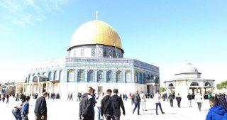 Migliaia di fedeli pregano ad al-Aqsa nonostante restrizioni israeliane