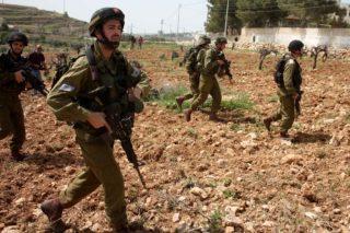 Soldati israeliani picchiano anziano palestinese in Cisgiordania
