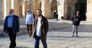 Coloni, studenti ed ufficiali invadono i cortili di al-Aqsa