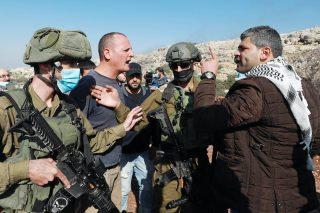 Palestinesi ostacolano il furto della terra in Cisgiordania