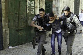 Guardie israeliane picchiano prigioniero minorenne per aver detto che non stava bene