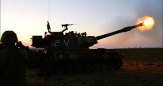 L'artiglieria israeliana bombarda una postazione della resistenza a est di Khan Yunis