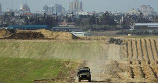 I bulldozer israeliani si infiltrano al confine di Gaza per distruggere terre coltivate