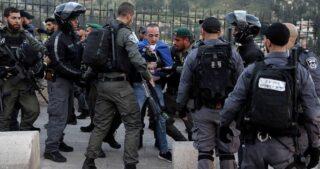 La polizia aggredisce palestinesi nei pressi di al-Aqsa