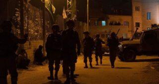 Le IOF fanno irruzione nelle case dei parlamentari palestinesi, avvertendoli di non partecipare alle elezioni