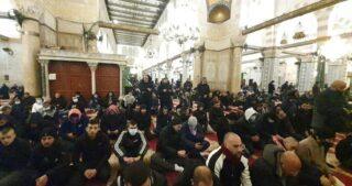 Centinaia di fedeli musulmani eseguono la preghiera dell'alba ad Al-Aqsa