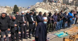 La forza della resilienza: preghiera comunitaria sulle macerie della casa di Elyan