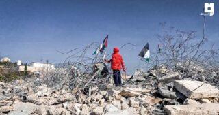 Famiglia gerosolimitana sfollata dopo che le IOA ne hanno raso al suolo la casa a al-Issawiya