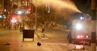 Gerusalemme, la polizia israeliana fa irruzione a at-Tur e si scontra con i giovani locali
