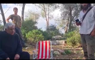 Coloni e soldati israeliani molestano famiglia palestinese durante picnic in Cisgiordania
