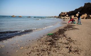 Macchie di petrolio raggiungono la costa del Libano