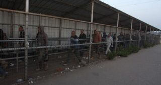 IOF sparano gas lacrimogeni contro lavoratori palestinesi