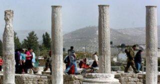 Decine di coloni invadono antico sito archeologico a Nablus