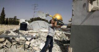 Famiglia palestinese di Gerusalemme sfollata dopo aver dovuto auto-demolire la propria casa