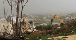 Bulldozer israeliani demoliscono casa nel campo profughi di Shu'fat