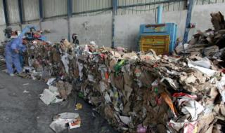 Palestinesi confiscano camion pieni di rifiuti israeliani