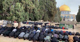 Migliaia di musulmani eseguono preghiera del venerdì ad al-Aqsa