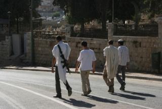 Coloni aggrediscono madre e figlio palestinese a Hebron