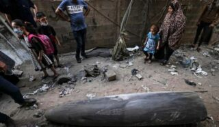 Striscia di Gaza, famiglia palestinese di 30 persone sopravvive a bombardamento israeliano: il missile non esplode