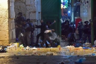 200 palestinesi feriti durante il raid della polizia israeliana nella moschea di Al-Aqsa