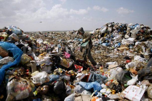 Emergenza rifiuti a Gaza. Israele vieta l'introduzione di camion per la raccolta