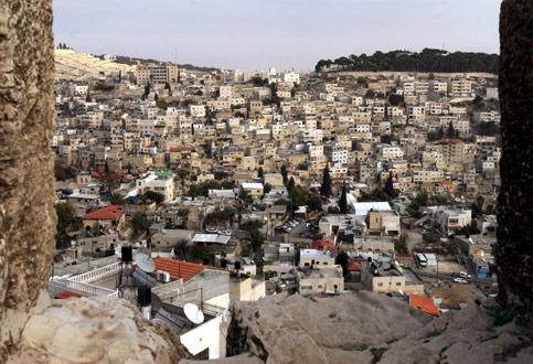 Gerusalemme, due famiglie costrette ad 'auto-demolire' le proprie case.