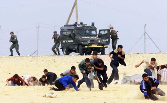 Forze d'occupazione feriscono due palestinesi nella manifestazione a Khan Younes