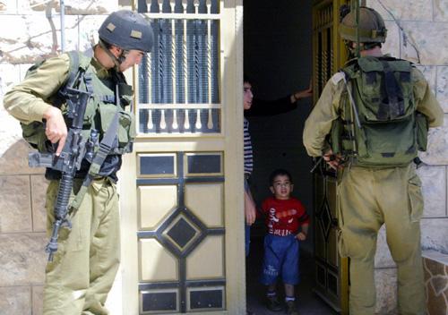 Bambini palestinesi svegliati nella notte e fotografati dai soldati israeliani