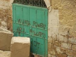 Hebron, la calata dei barbari: coloni israeliani attaccano le case dei cittadini.