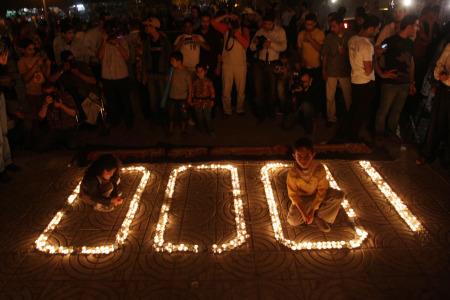 1.000 candele accese a Gaza per ricordare il millesimo giorno d'embargo.