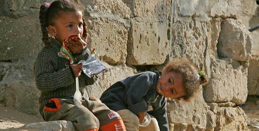 Occupazione israeliana e crisi economica: bambini costretti a scavare tra i rifiuti.