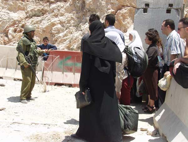 Il Centro 'al-Mizan' denuncia: 'Ai checkpoint Israele scheda anche i malati