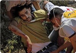 Coloni israeliani spruzzano spray velenoso contro un palestinese