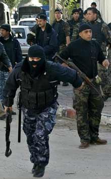 Sconosciuti attaccano un maggiore delle forze palestinesi di sicurezza preventiva e lo feriscono gravemente.