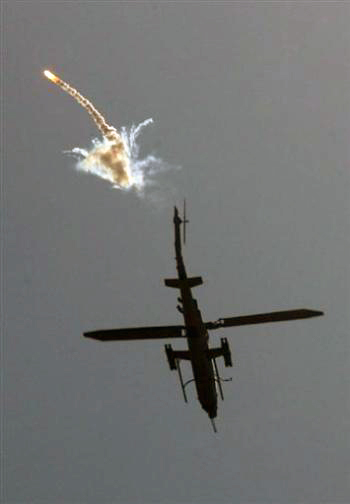 Continuano bombardamenti israeliani su Gaza. Ferito un combattente