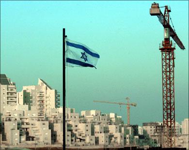 Gerusalemme, forze speciali israeliane si arrampicano sui muri di al-Aqsa.