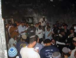 Centinaia di coloni israeliani assaltano la Tomba di Giuseppe a Nablus