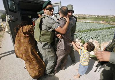 Il coraggio di un bambino di quattro anni per proteggere il padre durante l'arresto.