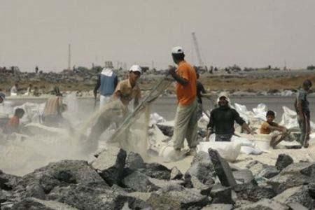 Striscia di Gaza: operaio palestinese muore soffocato dal crollo di una duna